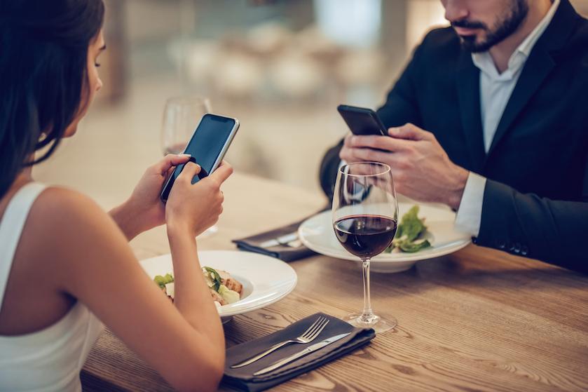 Klaar met mobieltjes tijdens het eten? Dít handige tafelkleed is de oplossing