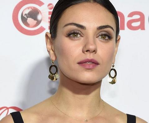 Zien: Mila Kunis' allereerste rode-lopermomentje laat je smelten