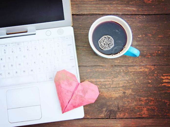 Vrouw hoopt liefde te vinden met koffiebekers