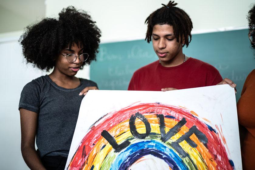 LHBTI+-jongeren worden op middelbare school vaker gepest door hun docent