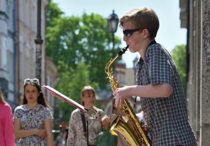 Slim vakantiebaantje: Niek (13) haalt bakken met geld binnen met zijn saxofoonskills