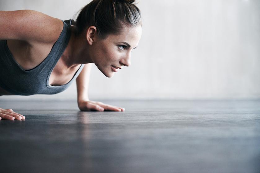 Buikspieren trainen? Deze oefening is nóg effectiever dan de plank en sit-ups
