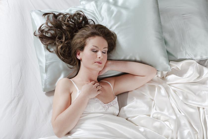 Feit of fabel: is slapen op een satijnen kussensloop écht beter voor je haar?