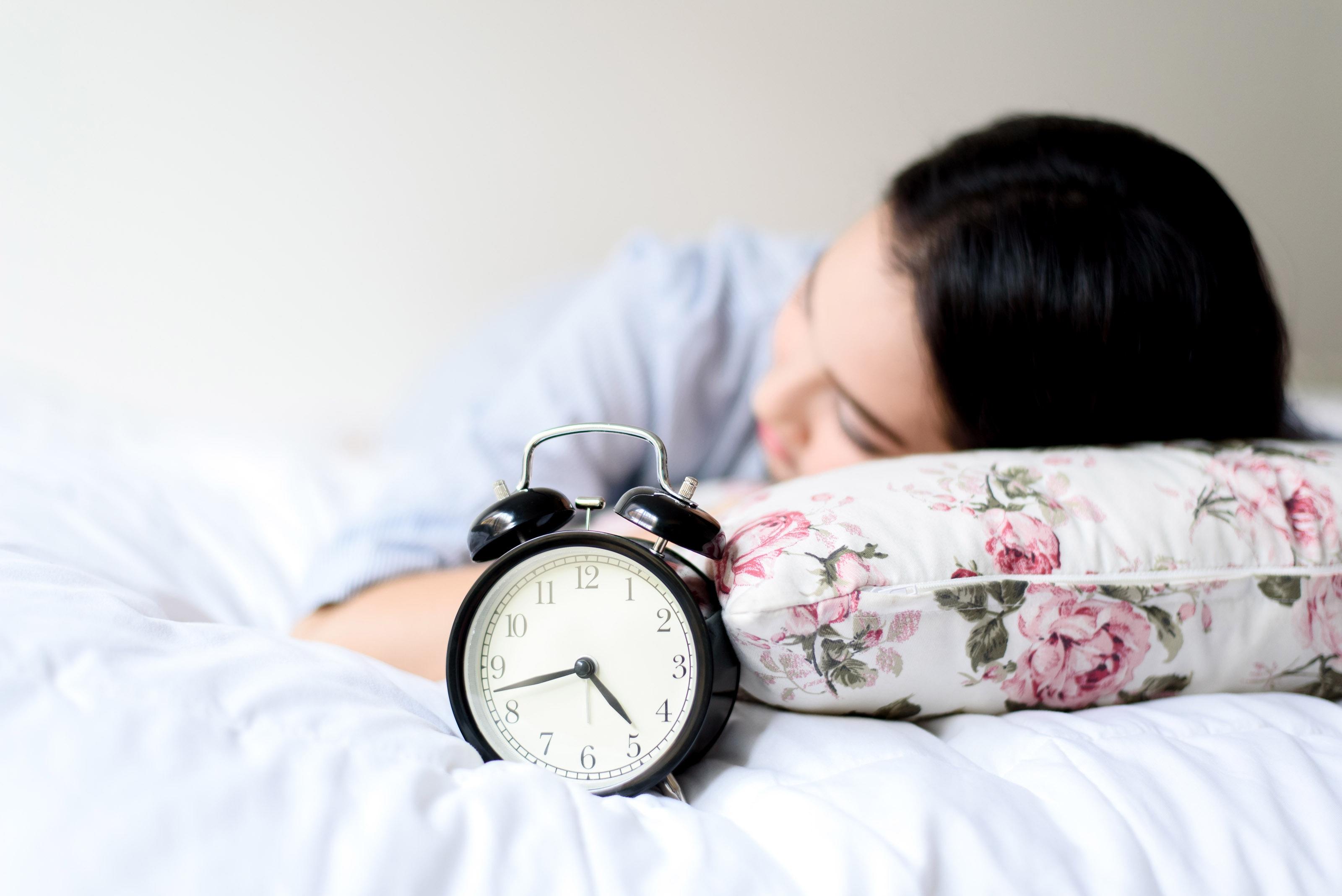 Door je wekker heen geslapen? Dit kan de reden zijn!