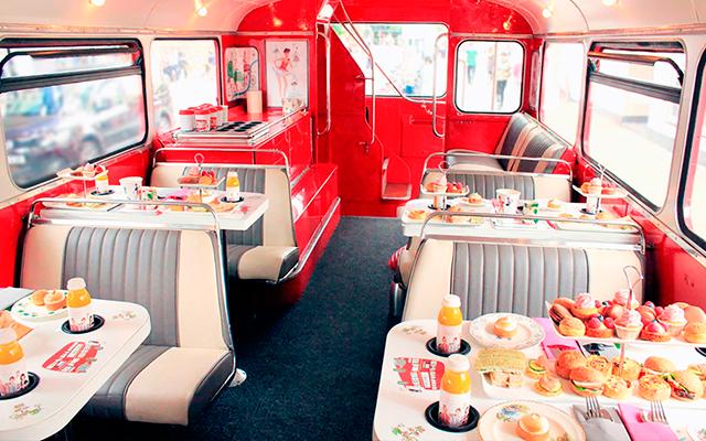 Deze bus rijdt je langs de hoogtepunten van Londen terwijl je cocktails drinkt en cakejes eet