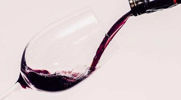 Met deze zwarte wijn proost je geheel volgens de trend