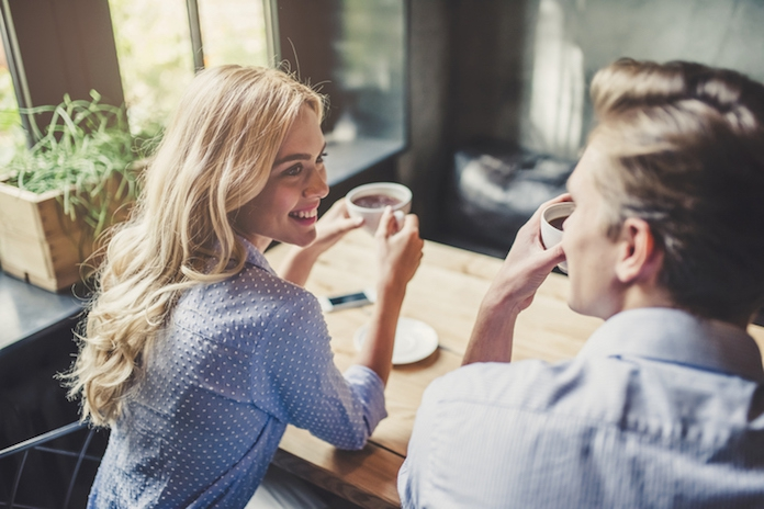 3 manieren waarop de lichaamstaal van je partner kan verklappen dat-ie vreemdgaat