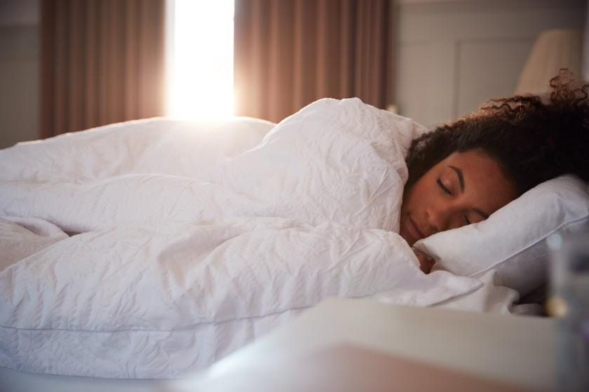 Zet die wekker maar vast: dit is waarom je beter niét kunt uitslapen op de zondag
