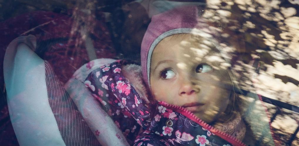 Waarom je kind met winterjas in een kinderzitje snoeren levensgevaarlijk is