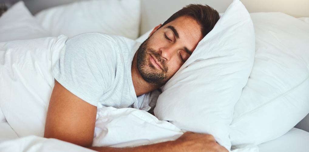Bewezen: mannen die minder slapen zijn mannelijker
