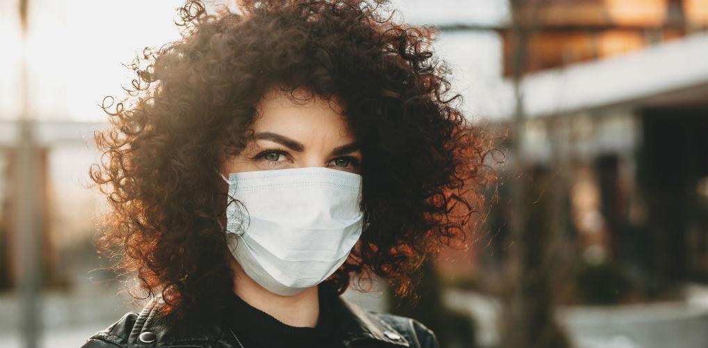 Een mondkapje van déze stof helpt het beste tegen maskne