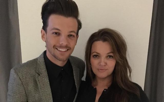 HARTVERWARMEND: One Direction steunt Louis Tomlinson na de dood van zijn moeder
