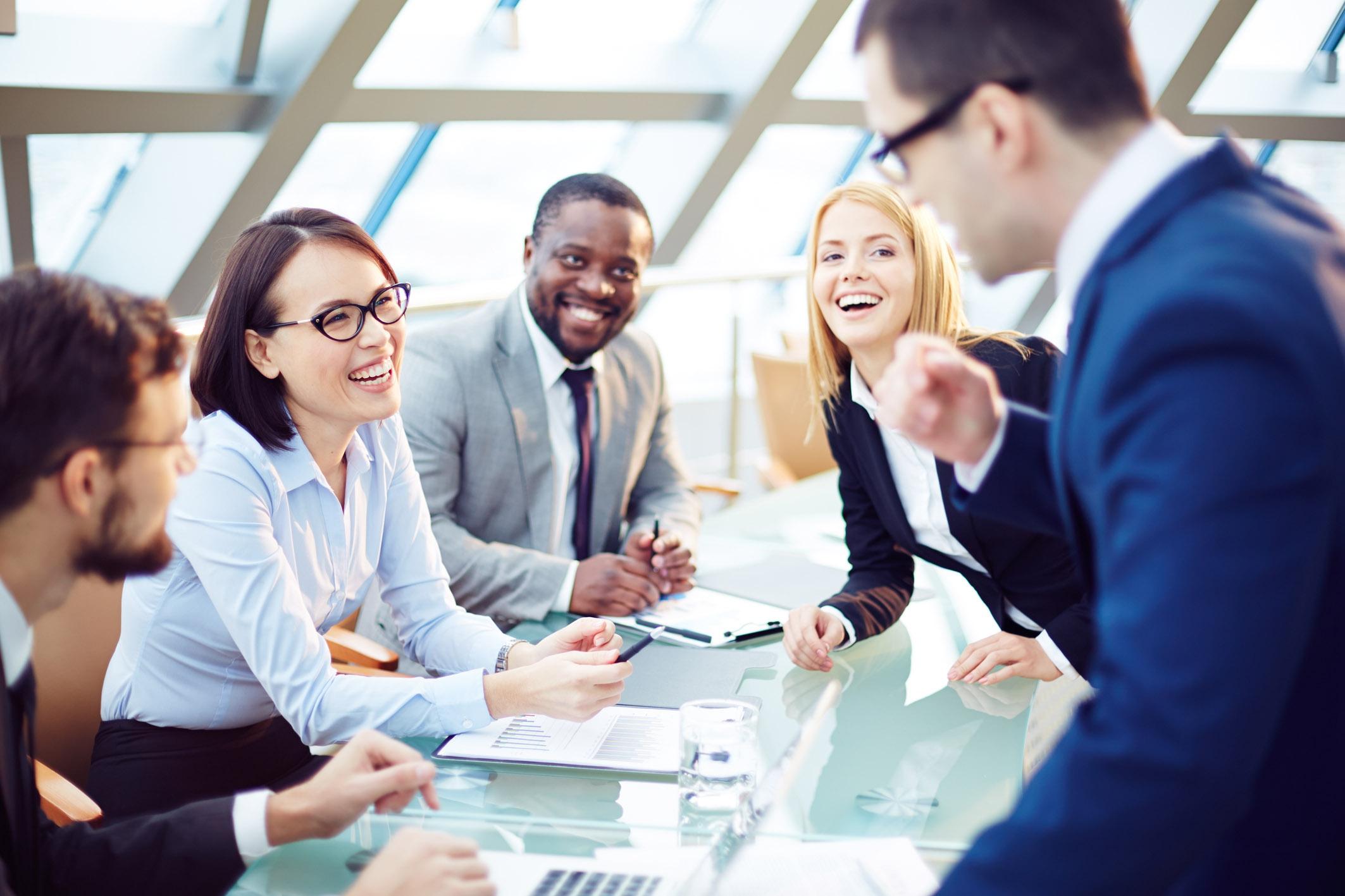 BEWEZEN: Lachende collega's werken harder
