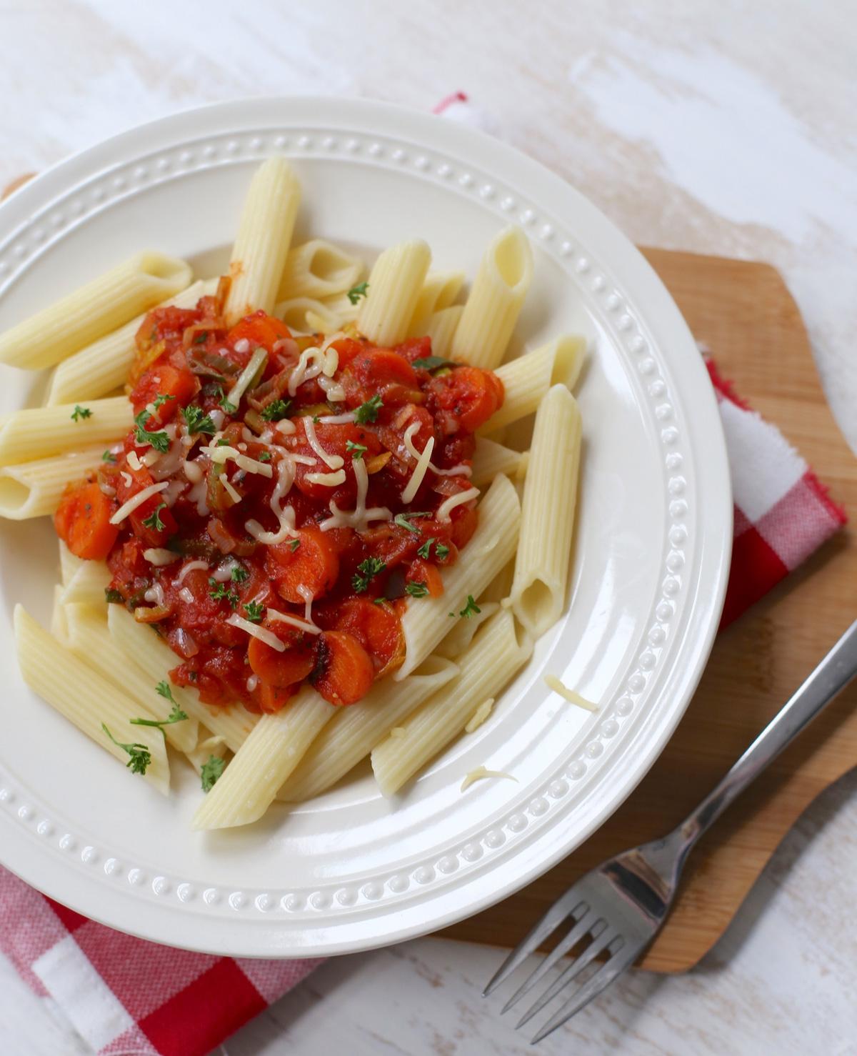 Pasta met tomatensaus en wintergroenten
