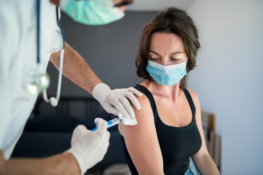 Van spierpijn tot vermoeidheid: dít zijn de vaakst voorkomende bijwerkingen van het coronavaccin