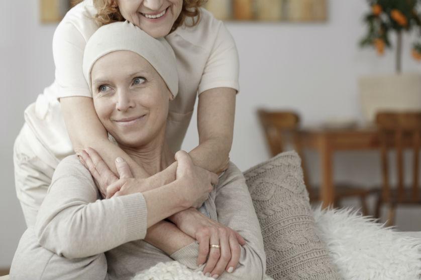 Debbie haalt ton op voor kankeronderzoek na dood zus en wint zelfde bedrag in loterij