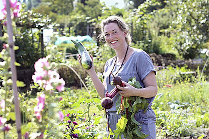 Cathri (40) heeft sinds drie jaar een eigen moestuin: 'Het liefst ben ik er elke dag'