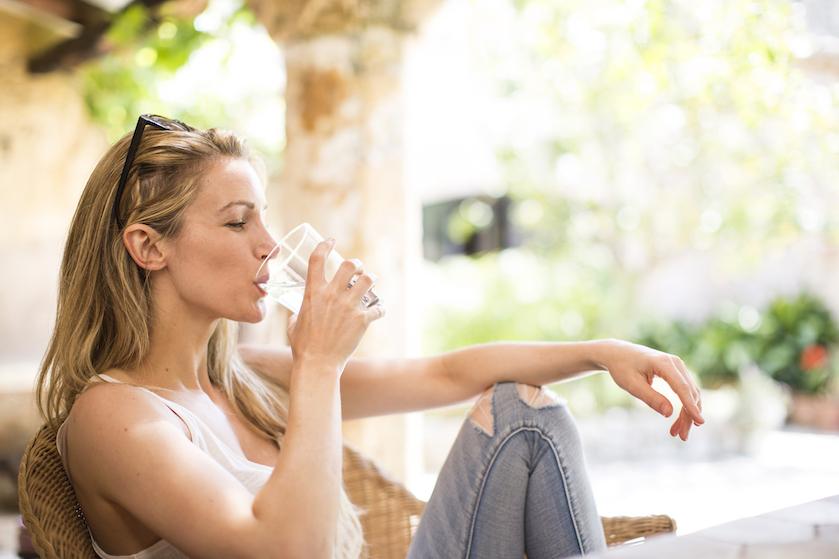 We drinken volgens onderzoek te weinig water: 9 tips om er wél in te slagen