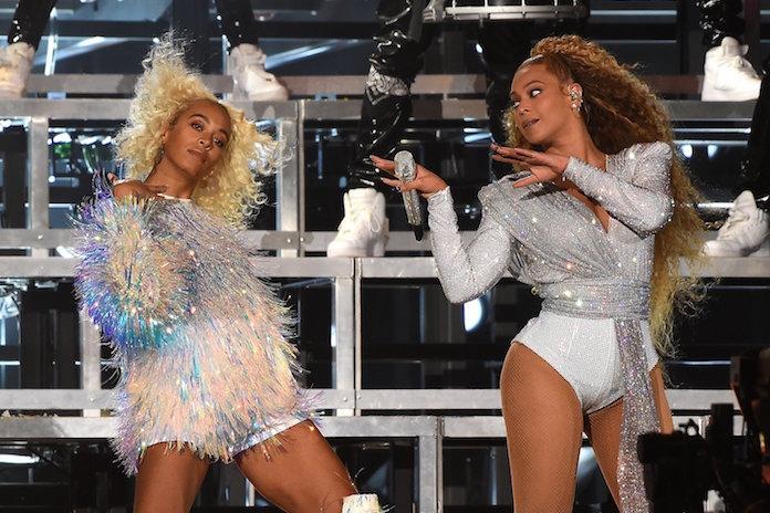 Oeps: Beyoncé en zusje Solange vallen tijdens optreden Coachella