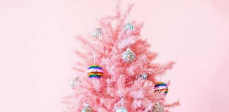 Weg met kerstkleuren rood en groen: een roze kerstboom is de trend