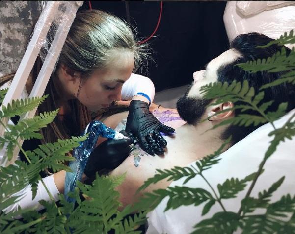 Prachtig! Deze tatoeëerder gebruikt echte planten
