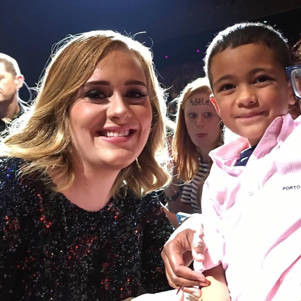 Zo schattig! Adele smelt voor 7-jarige fan