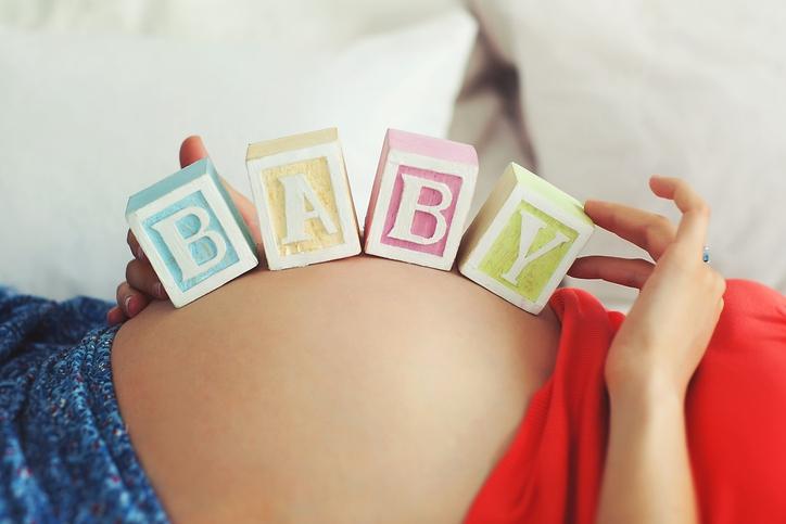 Shoppen: stralend zwanger in deze 12 zwangerschapsoutfits