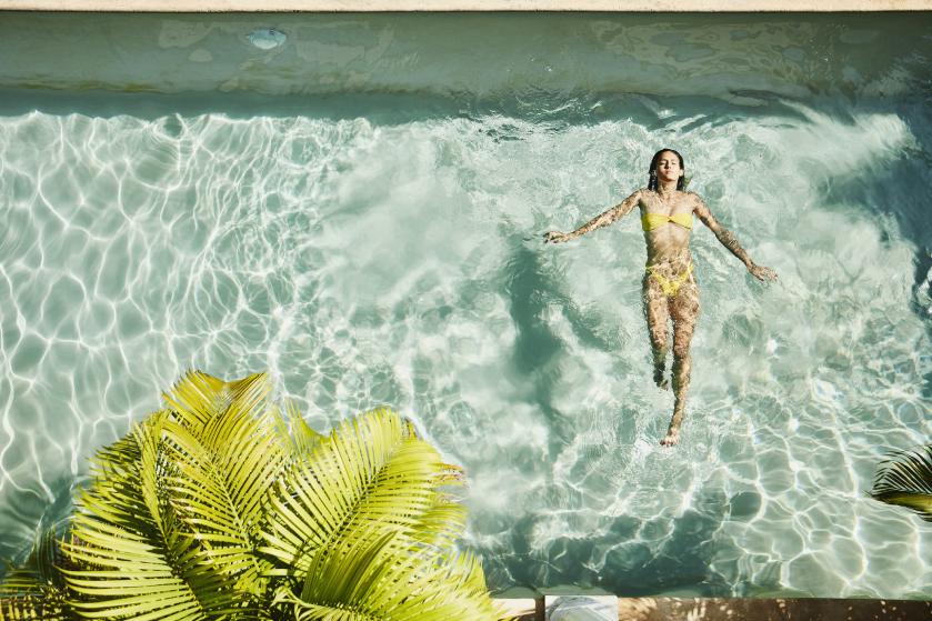 Een lekkere duik in het zwembad? Zó bescherm je je haar tegen chloor