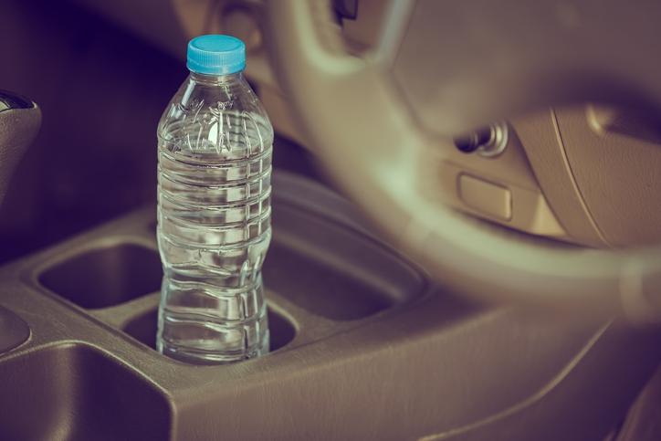 Waarom je nooit je flesje met water in de auto moet laten liggen