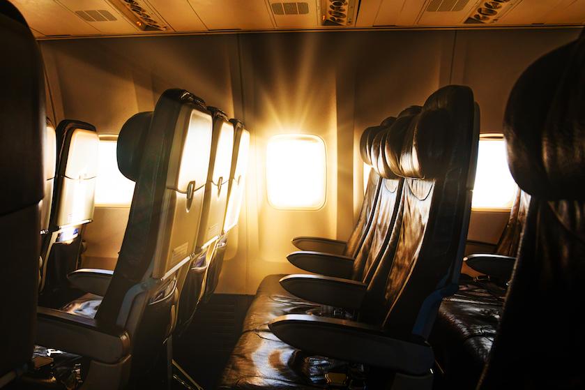 Met corona besmette passagier in jouw vliegtuig? Zóveel zitplaatsen verder ben je 'veilig'