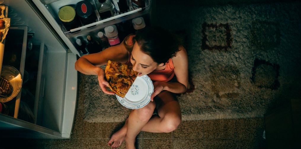 Hannah heeft binge eating disorder: 'Ik eet mezelf elke avond propvol, alles móét op'
