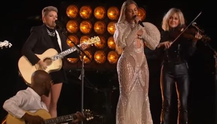Wow! Beyoncé blaast iedereen omver op de CMA's