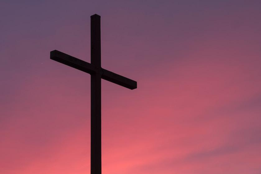 Holy smokes: onweerstaanbaar knappe priester gaat keihard viral