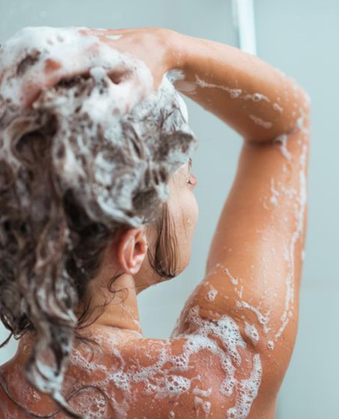 Dit gebeurt er met je haar als je eerst conditioner gebruikt en dan pas shampoo