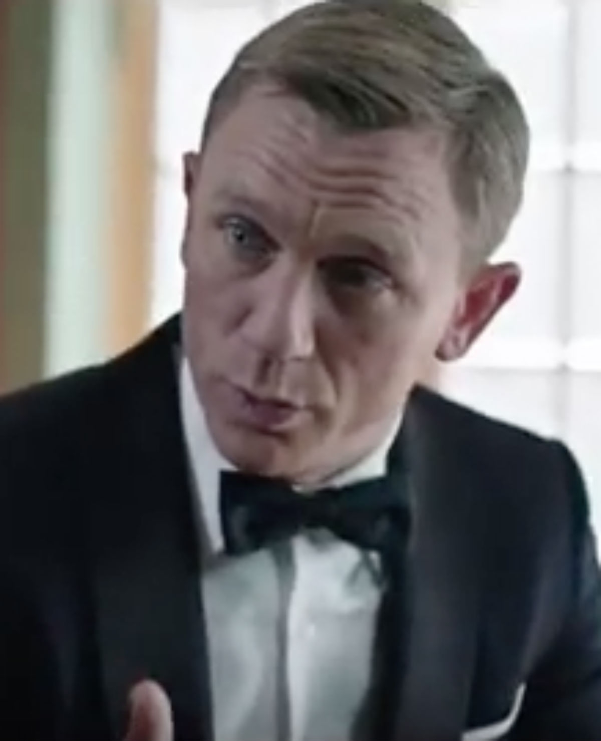 SNL doet de bekende Bond girls na