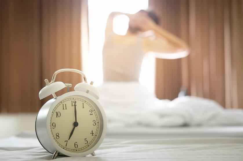Wakker voor de wekker? Híer komt het door en dít betekent het
