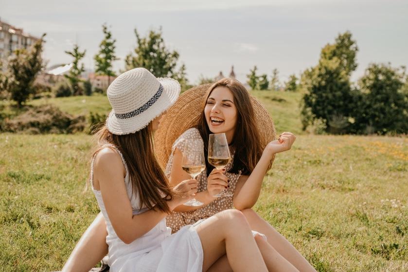 Op je wishlist ermee: deze wijntafel is dé musthave voor de warme zomerdagen