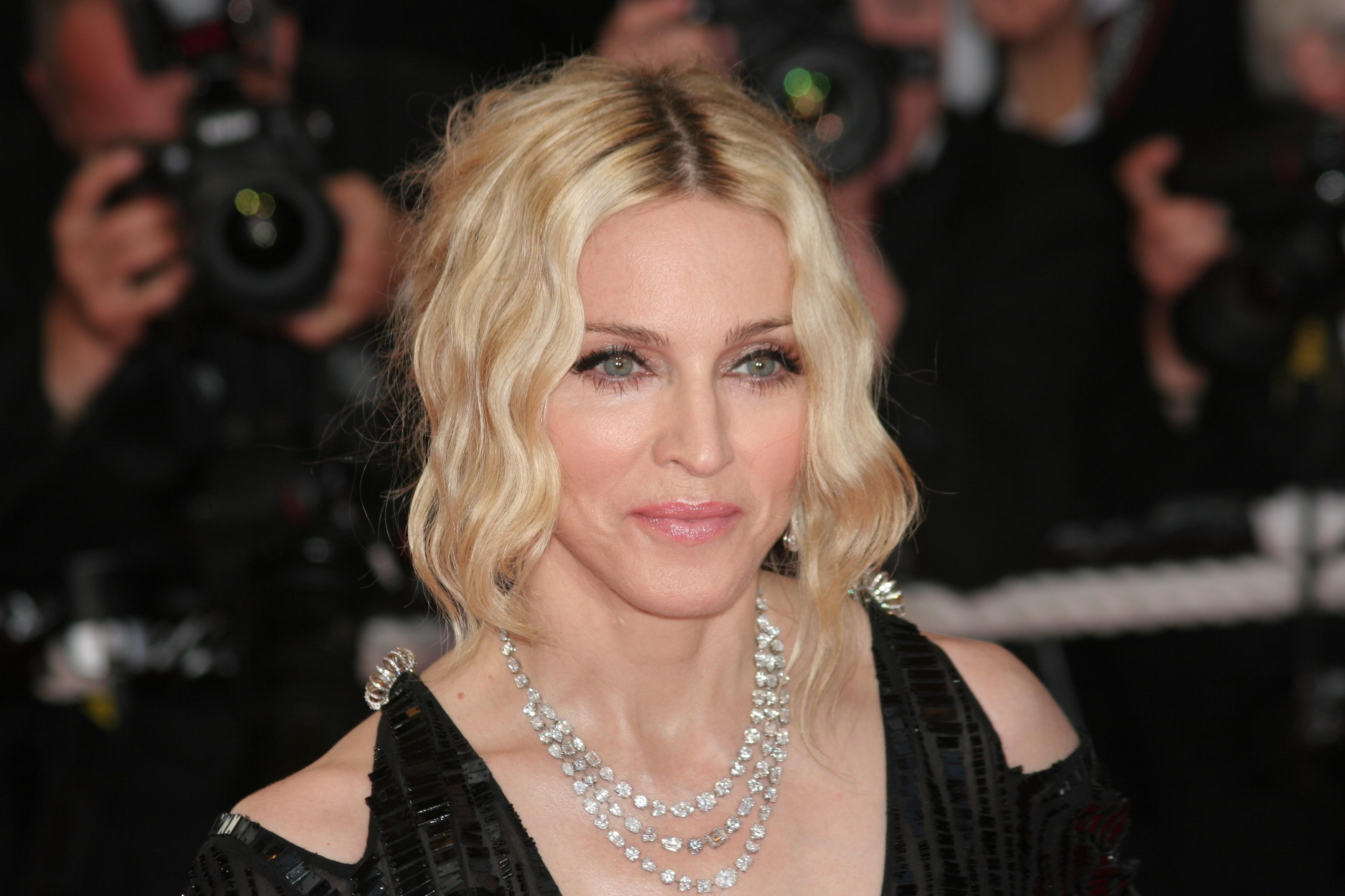 Oepsie! Heeft Madonna gisteravond iets te diep in het glaasje gekeken?
