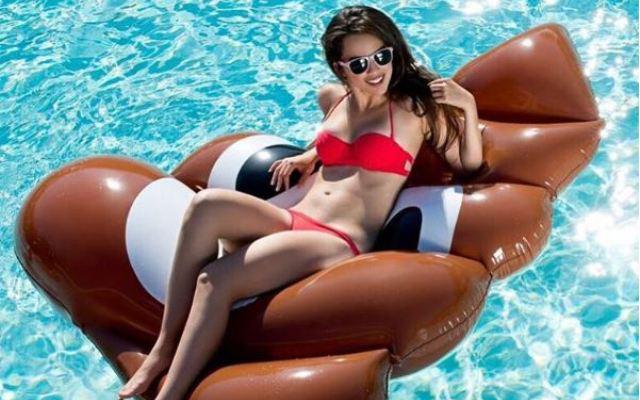 Hebben! Deze awesome opblaasemoji's voor in het zwembad.