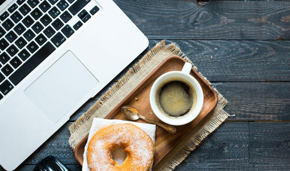 Wow: zo veel calorieën eet je extra op je werk