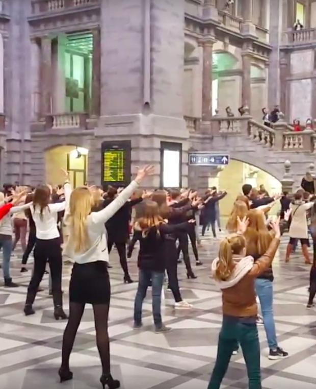 Deze Grease-flashmob op Antwerpen Centraal moet je zien!