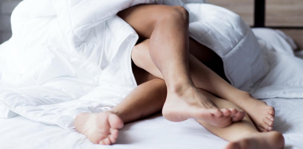 Erotisch verhaal: 'Terwijl hij me op het bed duwde, waar hij normaal met een ander slaapt, kuste hij me steeds lager…'
