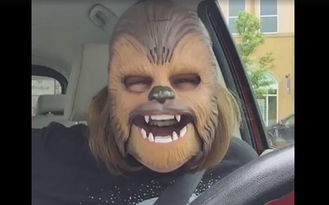 VIDEO: vrouw met Chewbacca-masker vrolijkt ie-de-reen op