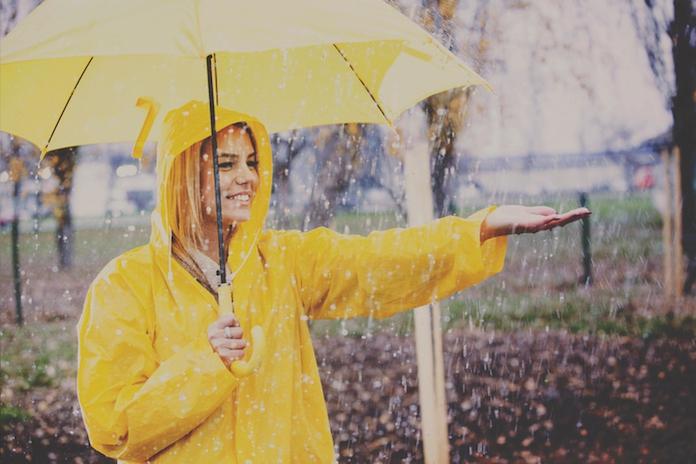 Trotseer het herfstweer in stijl: de leukste regenjassen van het moment