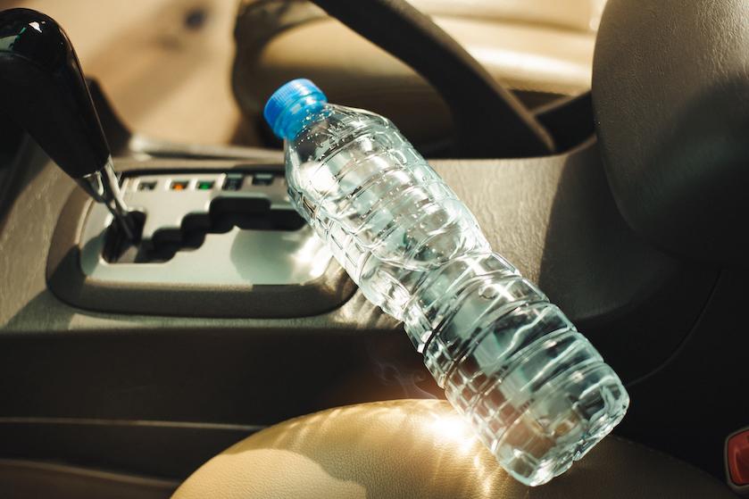 Wees gewaarschuwd: waarom je nóóit een flesje water in je auto moet laten liggen