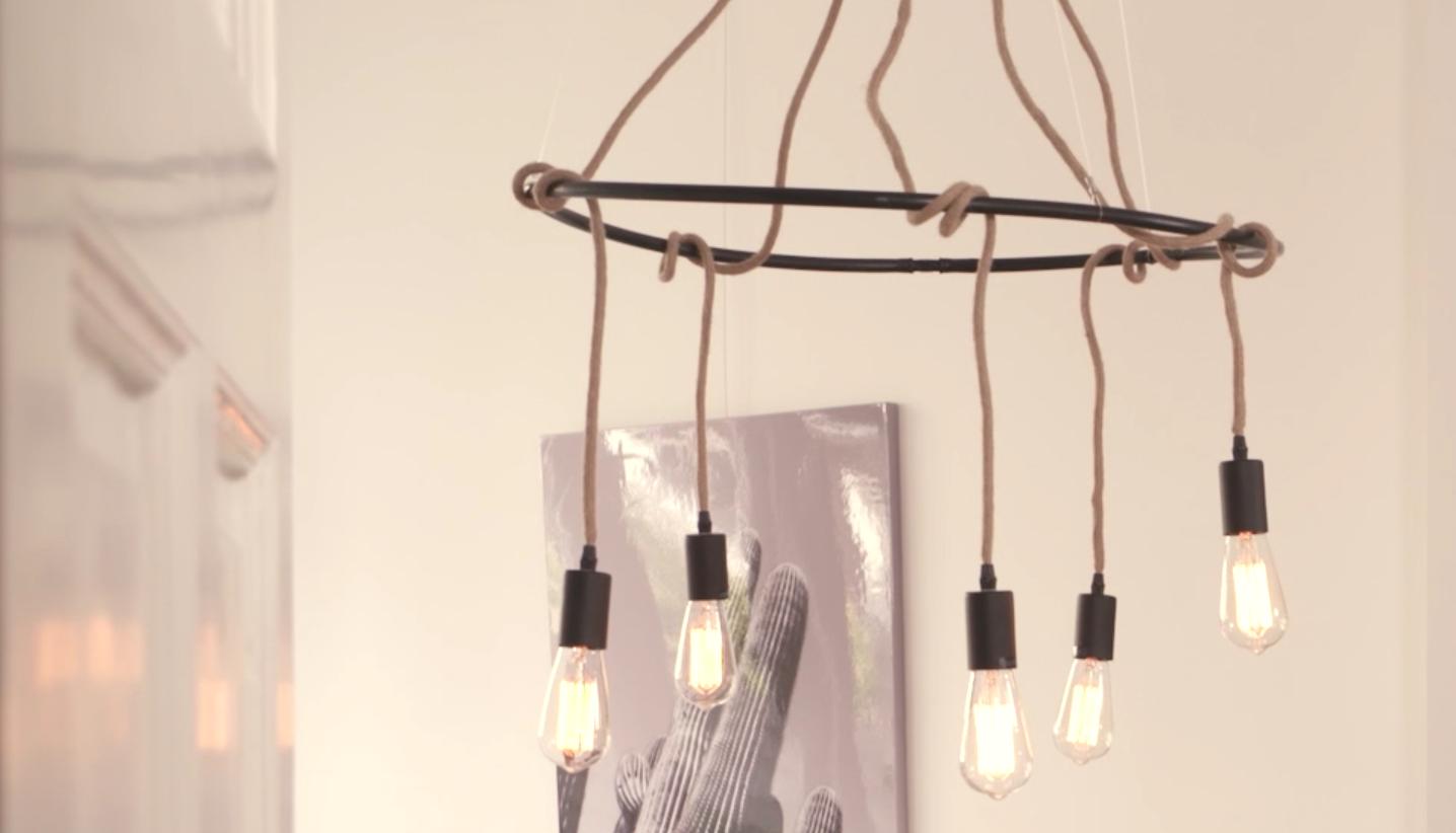 ZIEN: Zo maak je zelf een kroonluchter van lampsnoeren