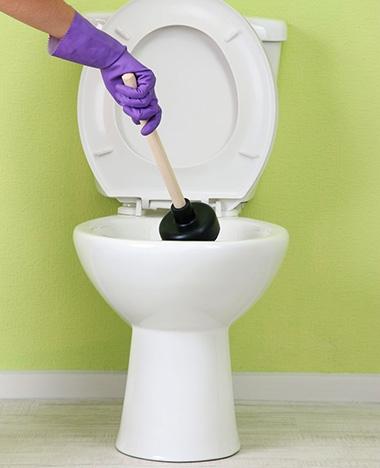 De wc ontstoppen is appeltje-eitje