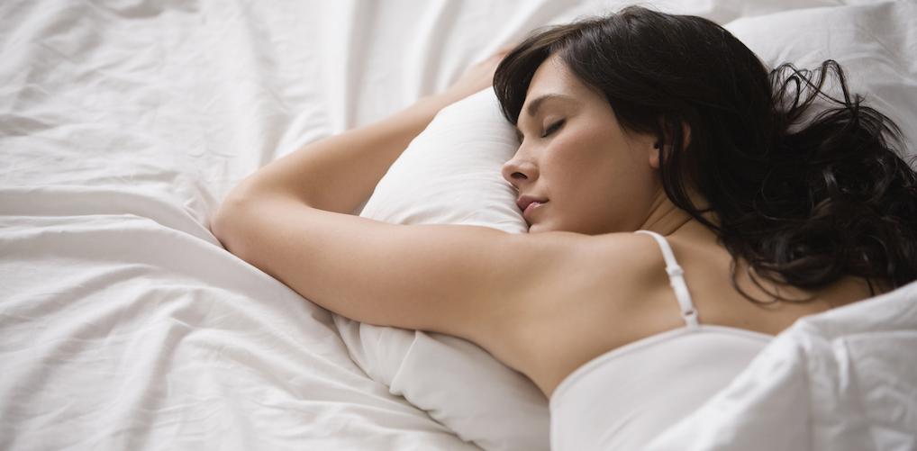 Erotische dromen of nachtmerries: dít zegt je slaappositie over je nacht