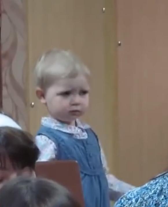 In dit kleine meisje schuilt al een echte dirigent