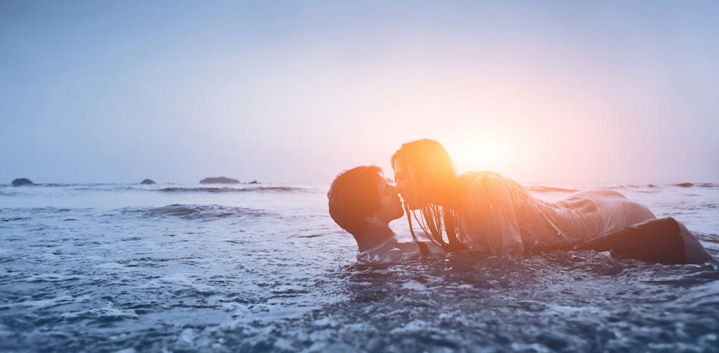 Erotisch verhaal: 'Tot diep in de nacht vreeën we, gewoon daar op het verlaten strand in Barcelona'